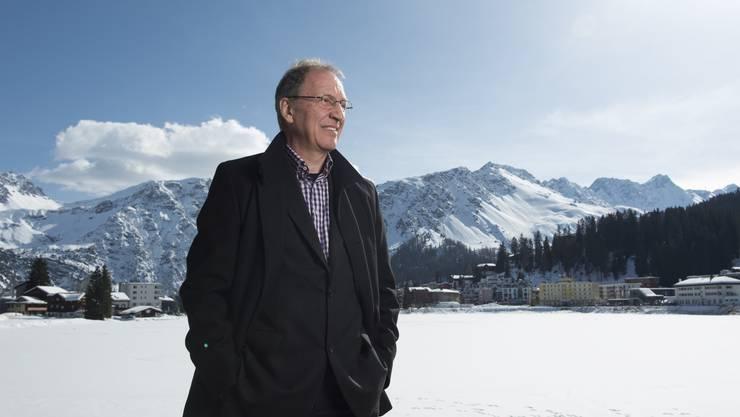 Ein schöner Flecken: Gemeindepräsident Lorenzo «Lolo» Schmid vor dem Obersee in Arosa. Am gegenüberliegenden Ufer steht die Eishalle.