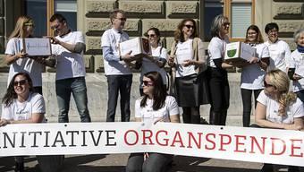 """Die Initianten von Jeune Chambre Internationale (JCI) haben die Unterschriften für ihre Volksinitiative """"Organspende fördern - Leben retten"""" eingereicht."""