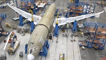 Rumpf und Flügel des Dreamliners sind ganz aus Kohlefaser-Verbundwerkstoff. Blick in die Boeing-Fabrik bei Seattle.