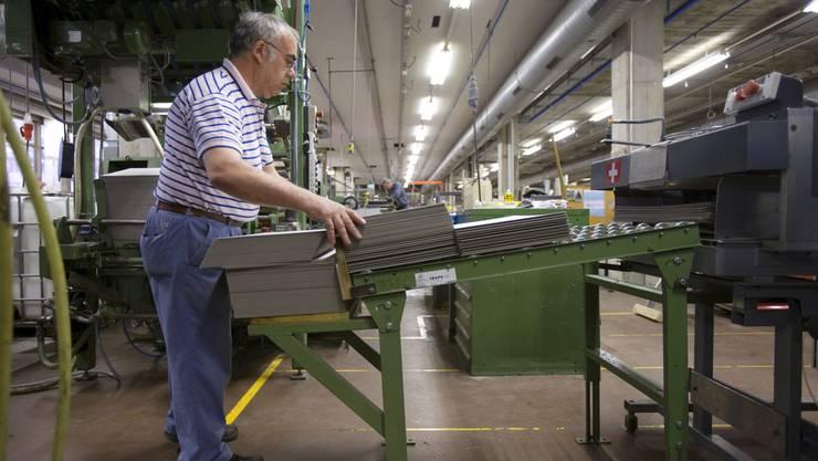 Es ist umstritten, ob höhere Lohnnebenkosten tatsächlich zur Arbeitslosigkeit älterer Arbeitskräfte beitragen.
