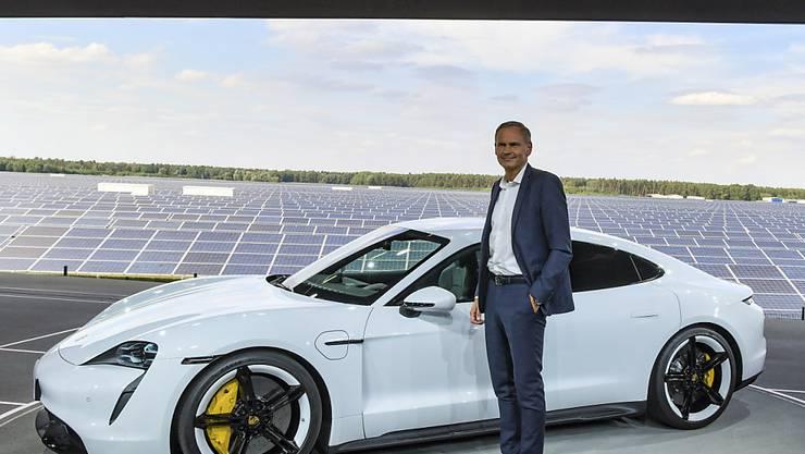 Porsche-Chef Oliver Blume präsentiert mit dem Taycan das erste reine Elektroauto des Sportwagenbauers.