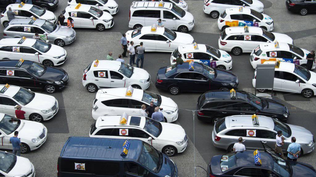 Die Taxi-Konkurrenz Uber erhitzt in der Schweiz seit langem die Gemüter. Im Bild protestieren Basler Taxifahrer gegen den Fahrdienstleister. (Archiv)