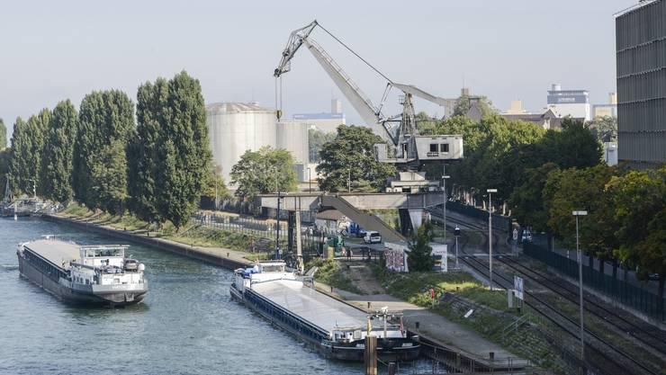 Der Hafenkran aus dem St. Johann steht 300 Meter unterhalb der Dreirosenbrücke am Rhein – und wird zur Beiz.