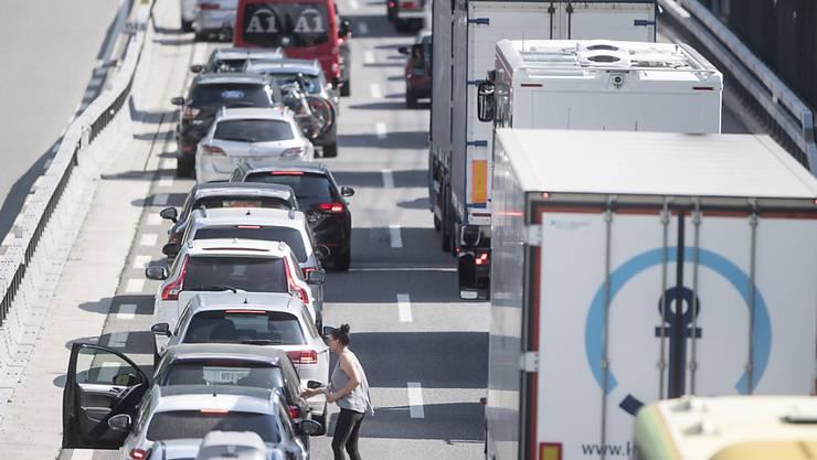 Bereits am Mittwoch staute sich der Verkehr vor dem Gotthard in Richtung Süden. (Archiv)