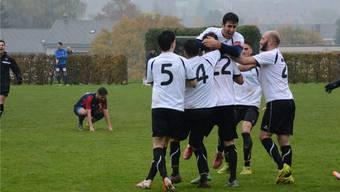 Sie waren gestern die glücklichere Mannschaft: Die Freude der Urdorfer nach dem Derbysieg war gross.