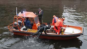 Taucher suchen am Sonntag im Fluss Moika in St. Petersburg nach Leichenteilen.