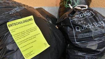 Aufklärungstour: Kleber weisen darauf hinhingewiesen, dass nur noch die offiziellen grauen Oltner-Säcke entsorgt werden.