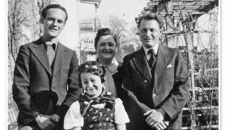 Berty Wyler mit zwei jüdischen Emigranten und ihrer Tochter Ruth im Garten an der Antonigasse in Bremgarten. ZVG