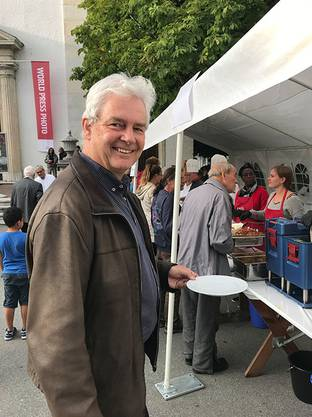 Der grüne National- und Ständeratskandidat Felix Wettstein verpflegt sich am Foodsave Bankett
