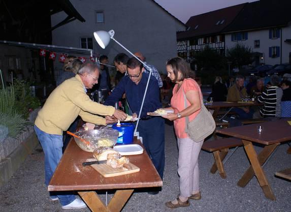 Voll im Element: Hanspeter Geissmann vom Einwohnerverein bedient die Kino-Besucher (im Bild Urs und Suzanne Rey) am Buffet.