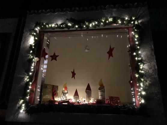 Am 24. Dezember werden alle 24 Päckli draussen am Haus aufgehängt und im Fenster erscheint dann eine selbstgebastelte Krippe mit dem Jesuskind.