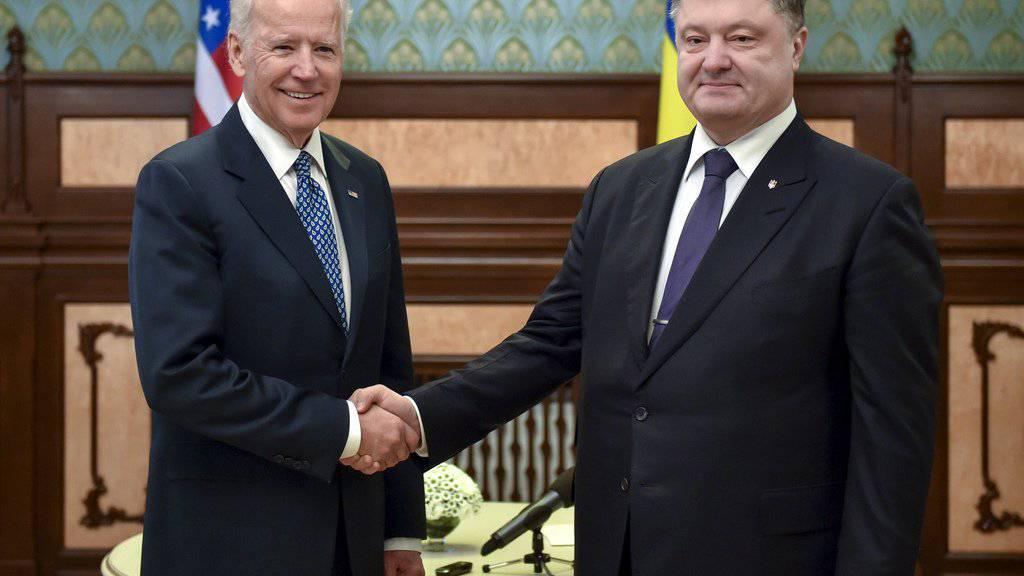 Der ukrainische Staatschef Petro Poroschenko (rechts) und US-Vizepräsident Joe Biden am Montag in Kiew.
