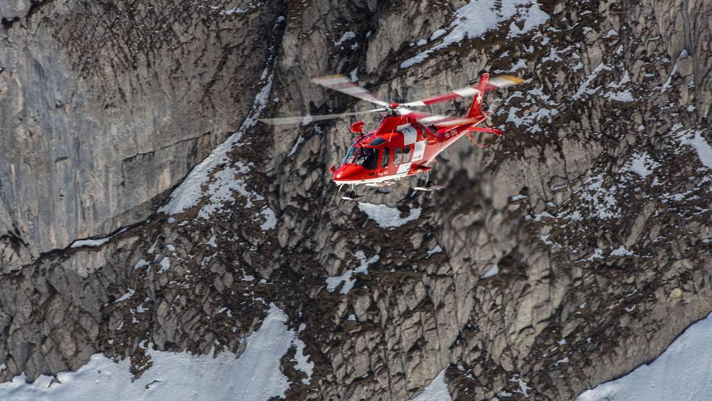Auch am Mittwoch ist ein Helikopter auf der Suche nach dem Vermissten. (Symbolbild)