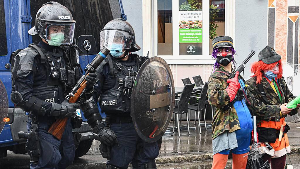 Polizei und die Polizei parodierende Demonstrierende (rechts) am 1. Mai. 2021 in Zürich.