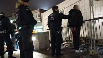 Kontrolle am Kölner Hauptbahnhof wenige Tage nach den sexuellen Uebergriffen in der Silvesternacht. (Archivbild)
