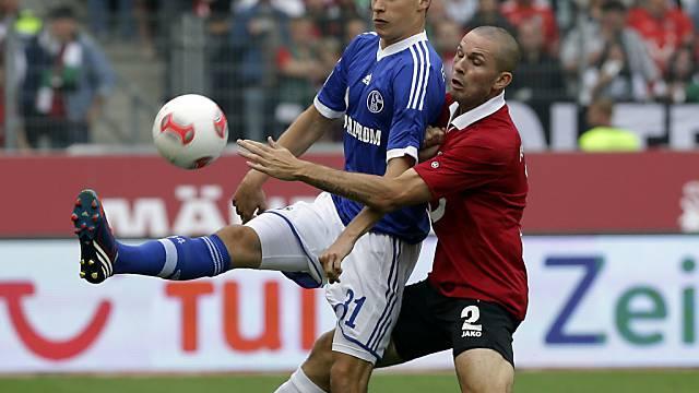 Hannovers Leon Andreasen (r.) gegen Schalkes Julian Draxler