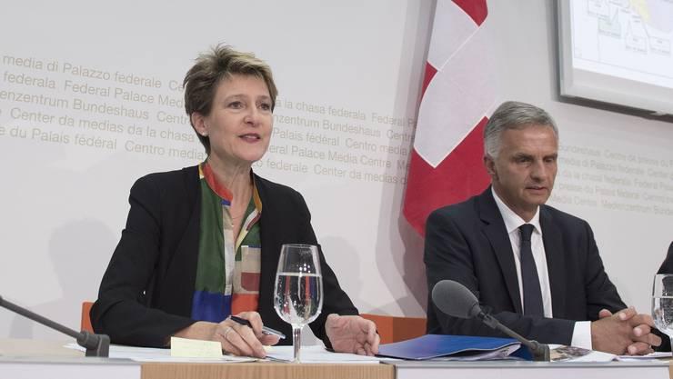 Simonetta Sommaruga und Didier Burkhalter an der Medienkonferenz, an der sie sich zur Flüchtlingskrise äusserte.