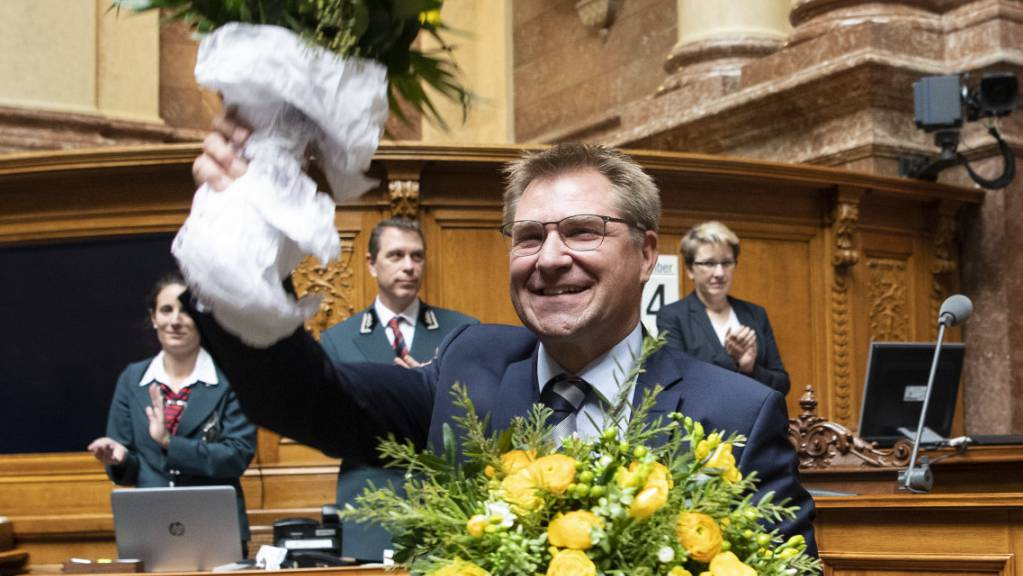 Blumen zum Abschied von alt Nationalrat Toni Brunner (SVP/SG). Scheidet künftig ein Parlamentsmitglied aus, soll es neben einem Strauss auch zwei Flaschen Wein geben. (Archivbild)