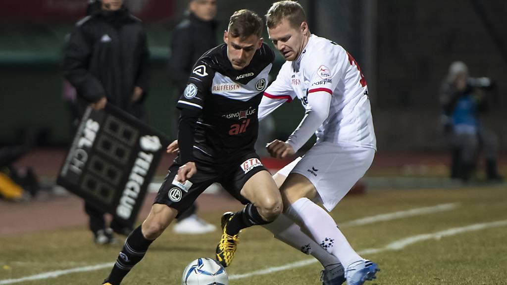Der früh verletzt ausgeschiedene Luganese  Mattia Bottani (links) kämpfte gegen Gaetan Karlen um den Ball