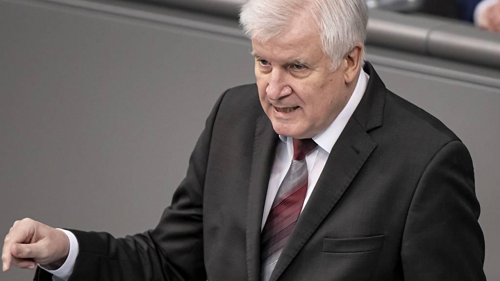 Horst Seehofer (CSU), Bundesminister des Innern, für Bau und Heimat, hält im Bundestags eine Rede. Thema der Aktuellen Stunde ist die Bekämpfung des islamistischen Terrors. Foto: Fabian Sommer/dpa