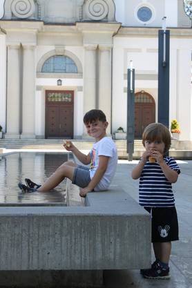 Die Kinder Aniik (4) und Ajan (2) sind bei diesem Wetter schwer vom Wasser fernzuhalten.