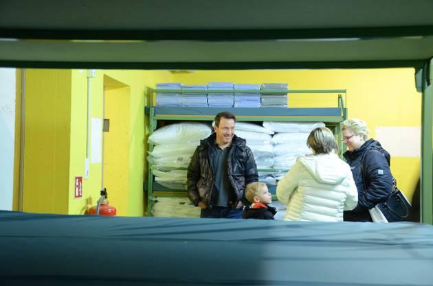 Sie wollten sich einen Eindruck vor Ort verschaffen: Eine Anwohner-Familie sucht im Schlafraum der Asyl-Notunterkunft an der Urdorferstrasse das Gespräch mit Stadträtin Manuela Stiefel (mit heller Jacke).