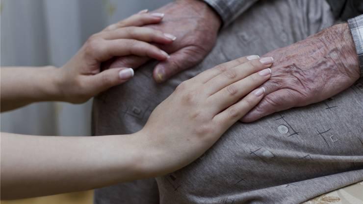 Der Besuch einer Sexualbegleiterin kann sich oft positiv auswirken auf das gesamte Leben im Altersheim.