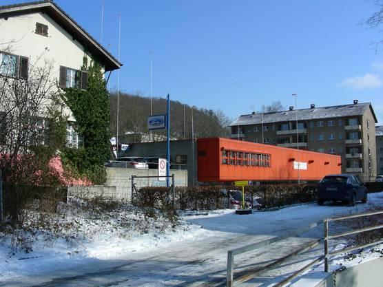 Das Haus hinter der Tankstelle (links) kommt auch weg.