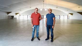 An der Gemeindeversammlung stellten einige Lengnauer den Antrag in der Eventhalle von Tahir Fesli (rechts, im Bild mit Schwager Hüseyin Vural) keine Anlässe mehr zuzulassen.