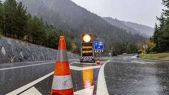 Der Bund und der Kanton Wallis wollen vier zusätzliche Polizisten auf die Piste schicken, um Lastwagen-Kontrollen auf der Simplon-Achse durchzuführen.