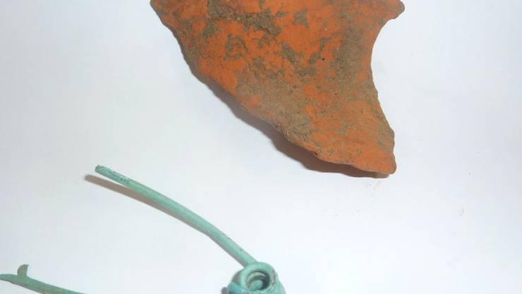 Archäologen fanden im luzernischen Egolzwil unter anderem eine Fibel, eine Gewandnadel aus Bronze, sowie Keramikscheiben.