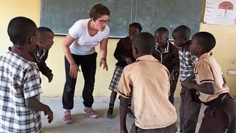Lea Eichenberger mit ihren Schülern in Lusaka.