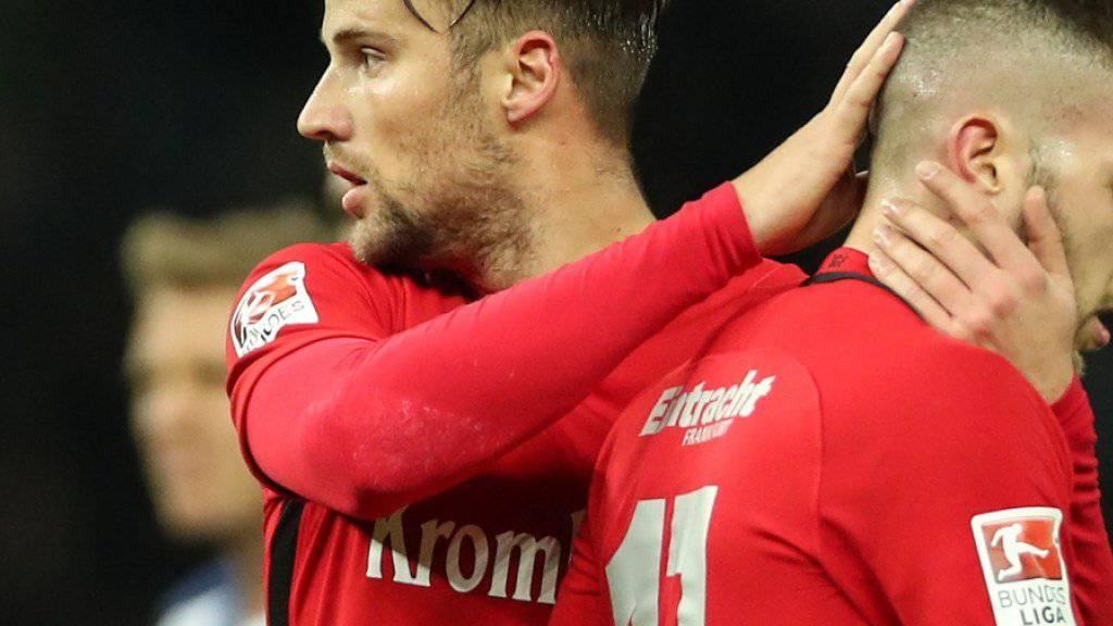 Drei Spiele gesperrt: Haris Seferovic (links) hat sich und seinen Teamkollegen mit seinem Platzverweis gegen Hertha Berlin einen Bärendienst erwiesen