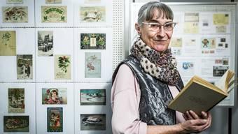 Odette Hochuli liest Abschnitte aus Julias Brief vom Dezember 1899. Damals lebt Julia in Frankfurt. Der Brief ist an Rosi Winteler adressiert, die Tochter des Kanti-Professors Jost Winteler. Die Familie Winteler, bei der Albert Einstein Anschluss gefunden hatte.