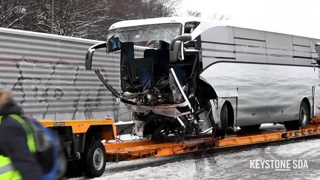 Ein Todesopfer und 44 Verletzte bei Car-Unfall bei Zürich