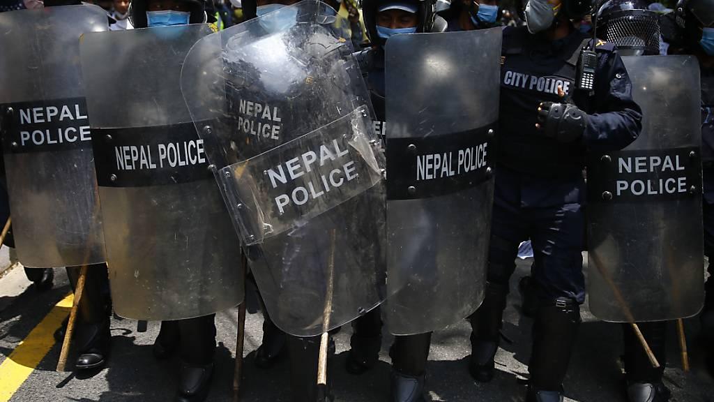 Hunderte protestieren in Nepal gegen Corona-Antwort ihrer Regierung