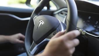 Der Tesla-Fahrer überholte nicht nur ein Auto, sondern gleich auch noch einen Anhängerzug. (Symbolbild)