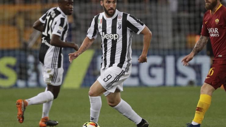 Gonzalo Higuain (am Ball) spielt künftig für Milan