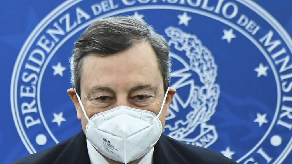 Mario Draghi, Premierminister von Italien, kommt zu einer Pressekonferenz nach einer Kabinettssitzung. Foto: Alberto Pizzoli/AFP Pool/AP/dpa