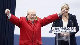 Die Körpersprache verschleiert den Machtverlust: Jean-Marie Le Pen vor seiner Tochter, Front-National-Präsidentin Marine Le Pen, die ihn aufs Abstellgleis gestellt hat.