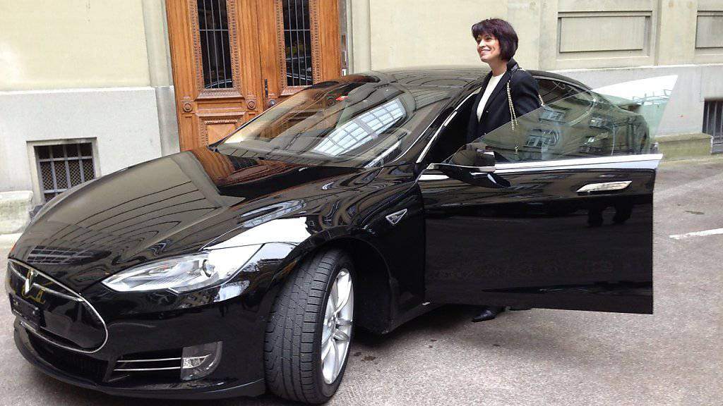Sie ist wohl die bekannteste Tesla-Fahrerin der Schweiz: Bundesrätin Doris Leuthard, hier mit ihrem Dienstwagen Tesla S 85.