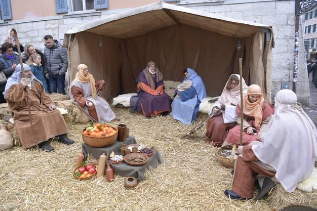 Da liegt es, das Kindlein, – mit viel Stroh: Maria und Josef auf dem Märetplatz.
