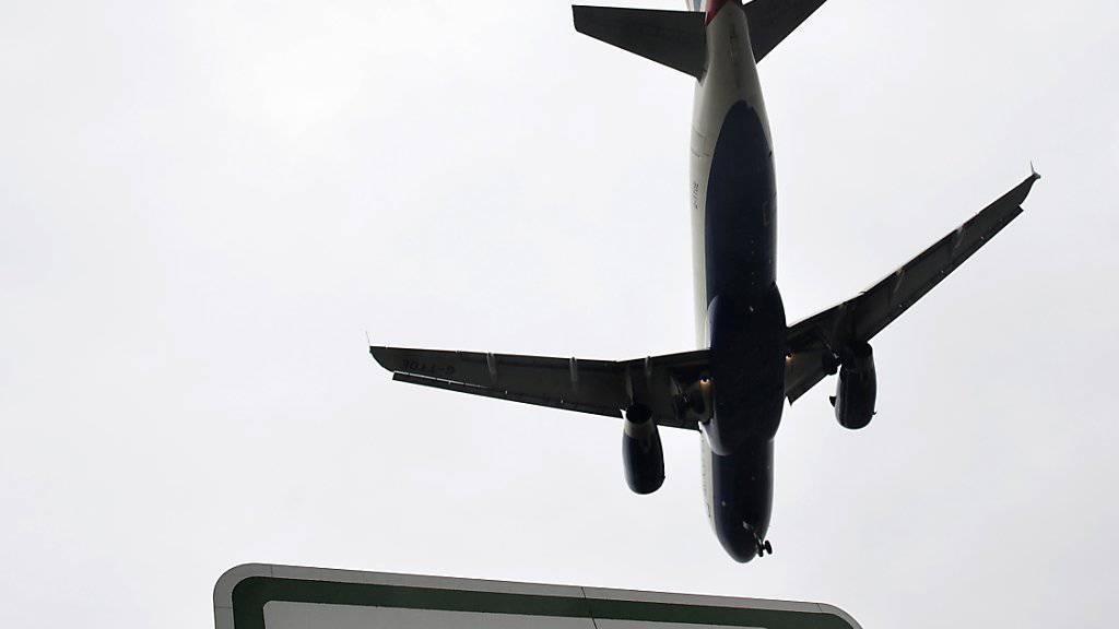 Am Londoner Flughafen Heathrow ist am Dienstag eine Drohne gesichtet worden. Der Flugverkehr wurde für eine Stunde eingestellt. (Symbolbild)