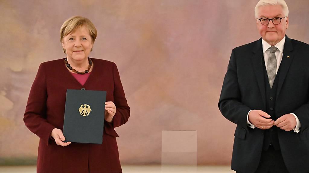 Steinmeier überreicht Merkel und Ministern Entlassungsurkunden