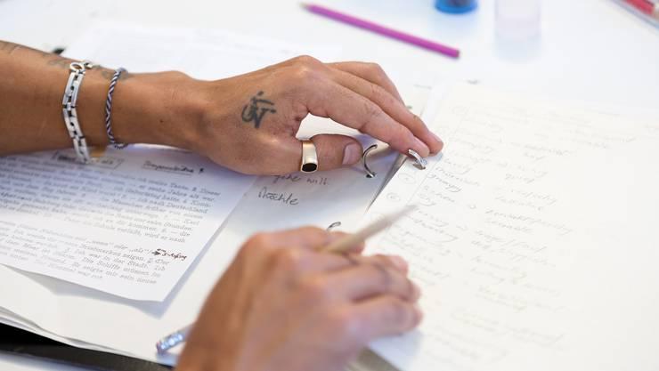 Indem die fremdsprachigen Eltern Deutsch lernen, können sprachliche Barrieren überwunden und der Alltag erleichtert werden. (Symbolbild)