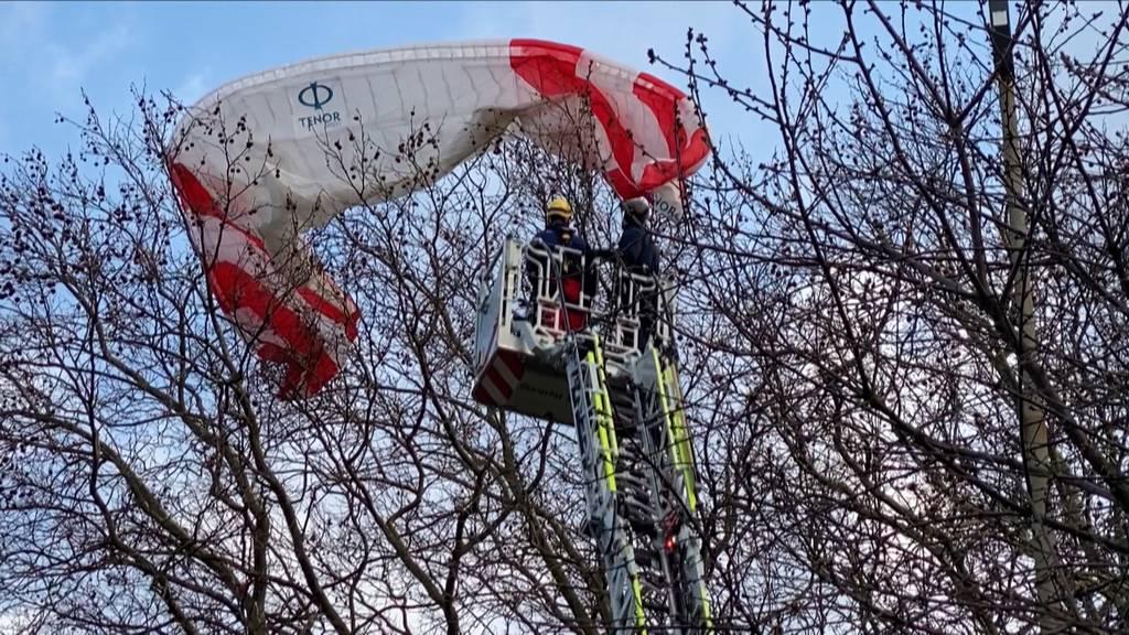 In Baum verfangen: Höhenretter retten Gleitschirmpilot im Kreis 2