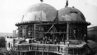 Der erste Holzbau, hier bei der Aufrichtefeier 1914, wurde an Silvester 1922 durch ein Feuer zerstört. Bild: O. Rietmann/Rudolf Steiner Archiv
