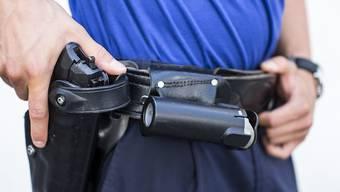 Hier greift ein Luzerner Kantonspolizist zu seiner Dienstwaffe. (Archivbild)