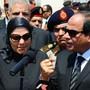 Ägyptens Präsident Al-Sisi spricht an der Beeridigung des getöteten Generalstaatsanwalts: Im Nachgang kündigte die Regierung schärfere Anti-Terror-Gesetze an. Medien wehrten sich gegen Teile davon - offenbar erfolgreich (Archivbild).