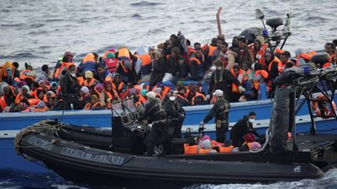 Sie kommen zu Tausenden in überfüllten Booten: Die italienische Marine rettet Flüchtlinge vor der Küste Siziliens. keystone